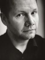 Mitt namn är Peter Englund, jag är ledamot i den Svenska Akademien, och mellan åren 2009 och 2015 dess ständige sekreterare. Min stol har nummer tio – bland ... - catolein_peter_englund_2